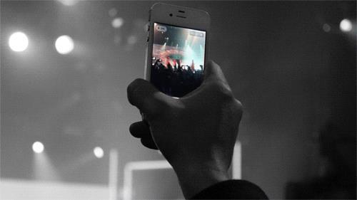 Uno smartphone in mezzo al concerto