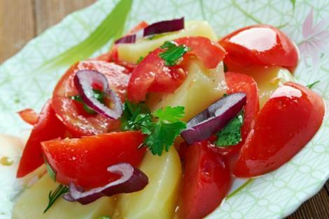 Insalata pantesca con olive, capperi, cipolle, patate e origano
