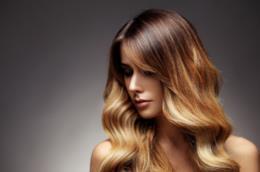 Una donna con capelli lunghi e biondi