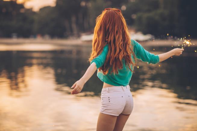 Ragazza di spalle con i capelli rossi