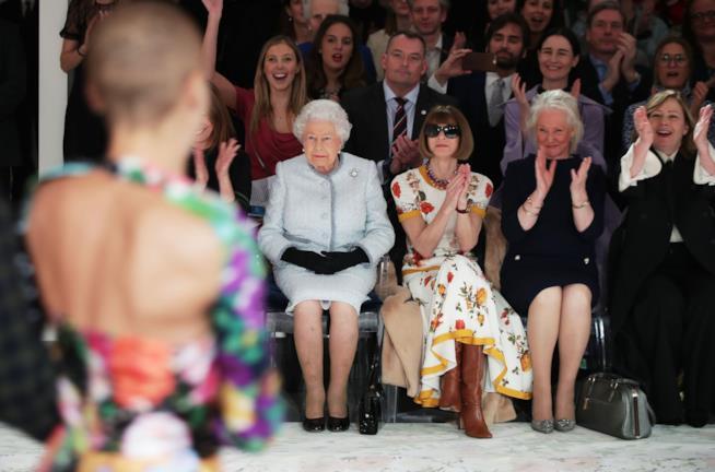 La Regina Elisabetta assiste alla sfilata di Richard Quinn