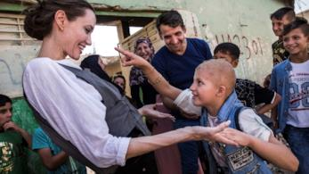 Angelina Jolie con dei ragazzi in Iraq