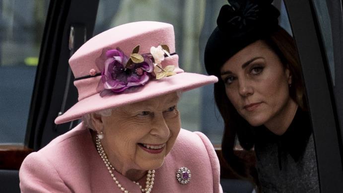 Elisabetta II e Kate Middleton sulla macchina