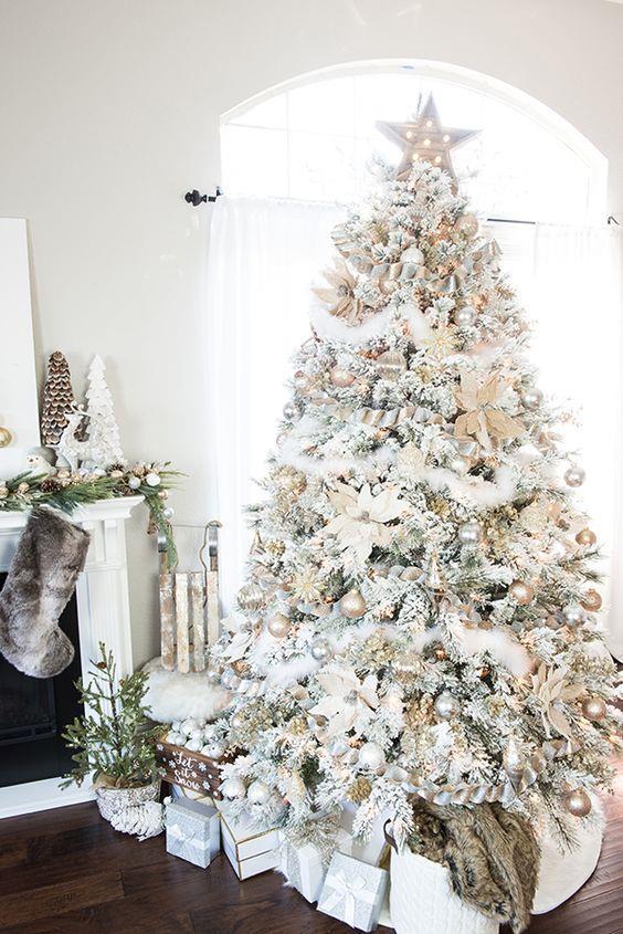 Albero di Natale con neve finta