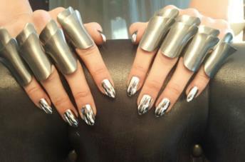 Le unghie cromate di Gigi Hadid