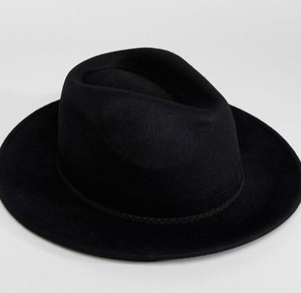 Un cappello nero