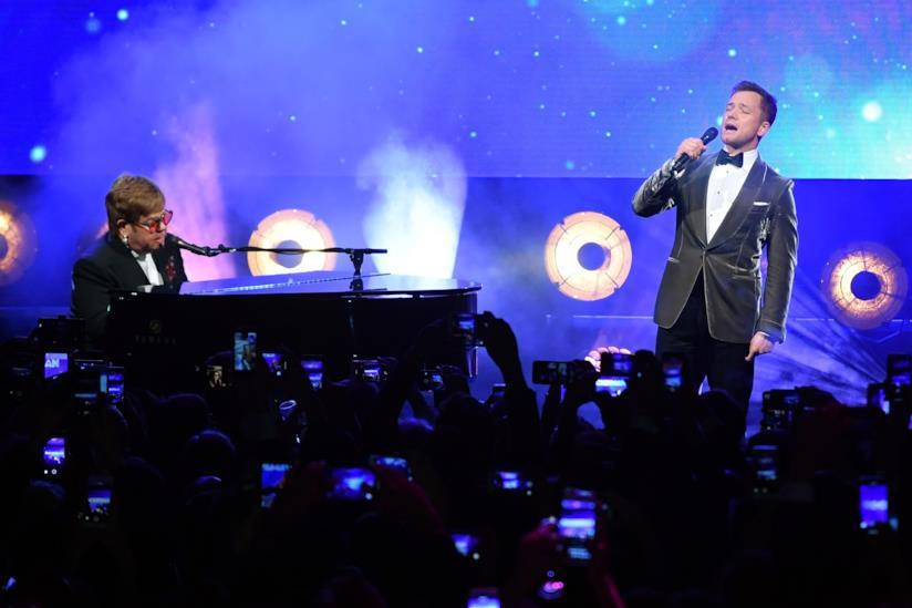 Elton John e Taron Egerton nell'esibizione dal vivot a Cannes