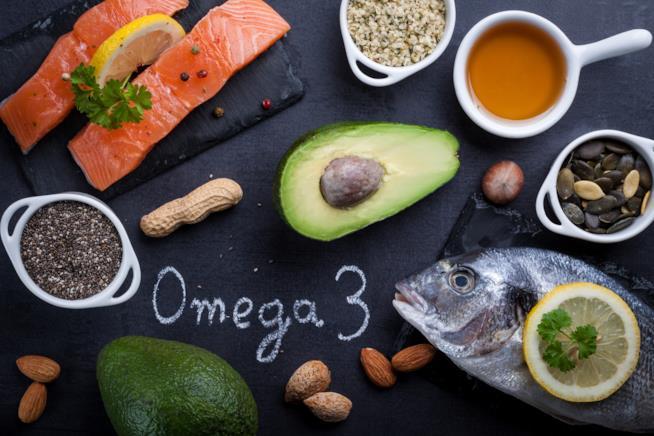 Tavolo con pesce, frutta fresca e secca