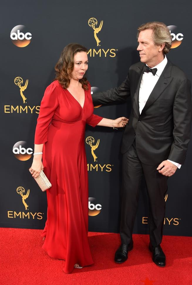 Hugh Laurie ed Olivia Colman sul tappeto rosso per The Night Manager