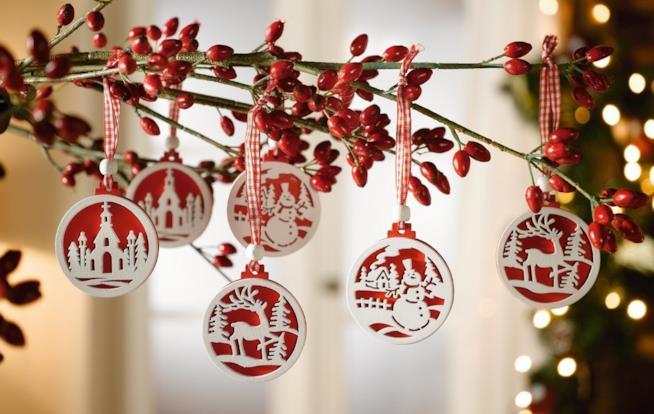 Decorazioni natalizie di forma tonda con disegni a tema