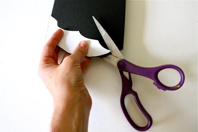 Dettaglio del cartone con il disegno del pipistrelli mentre viene tagliato