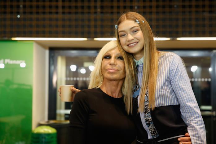 Gigi Hadid posa con l'amica Donatella Versace
