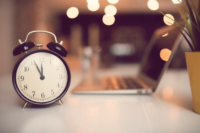 Un orologio su una scrivania