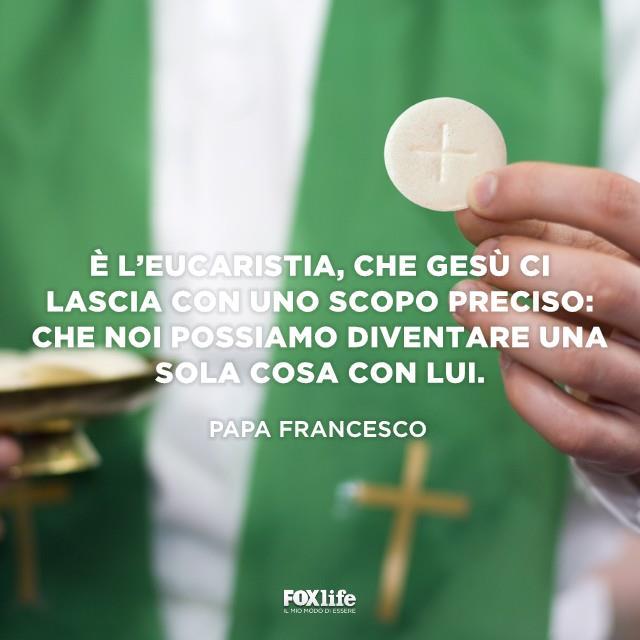 Prete che dà l'Eucaristia