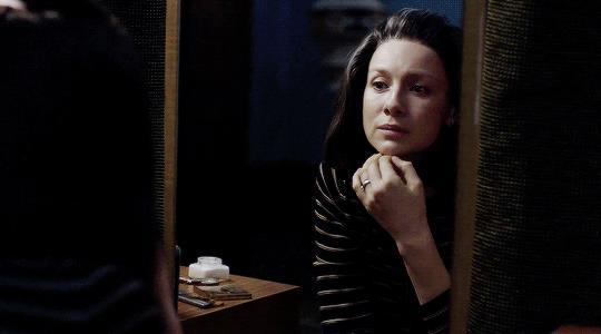 Claire si guarda allo specchio