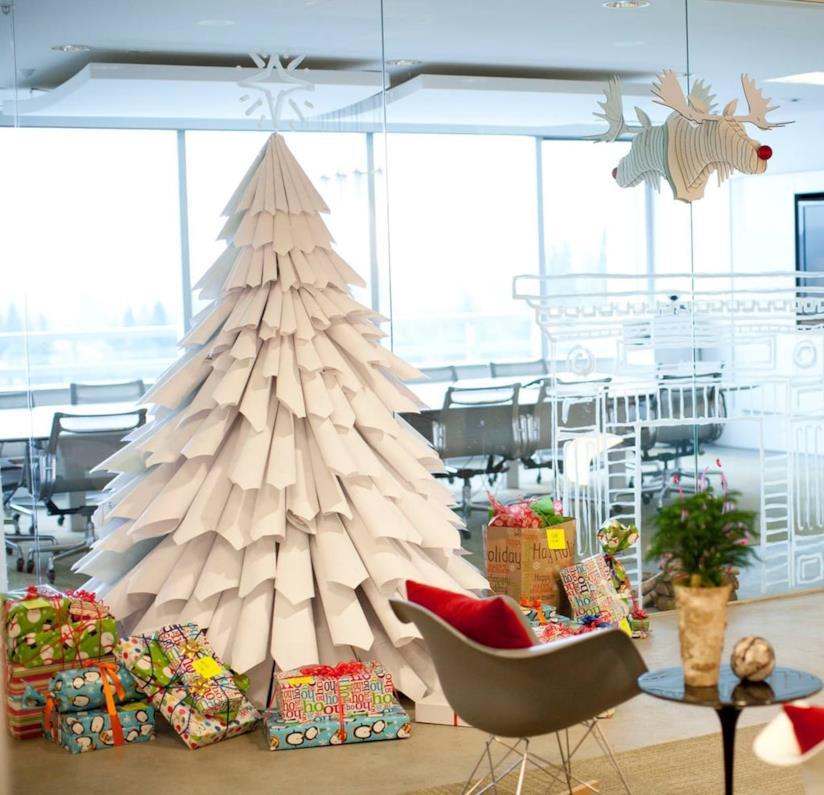 Albero di Natale creato con coni di carta