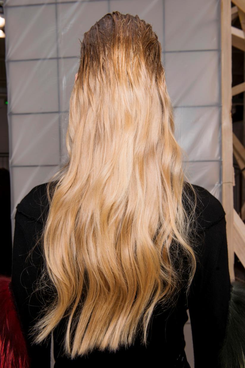 Modella capelli lunghi effetto bagnato