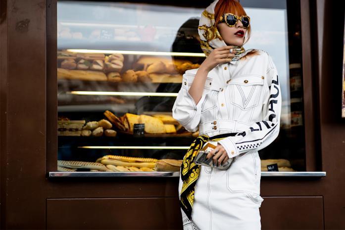 Outfit composto da fazzoletto per capelli dallo Street Style di Parigi 2019