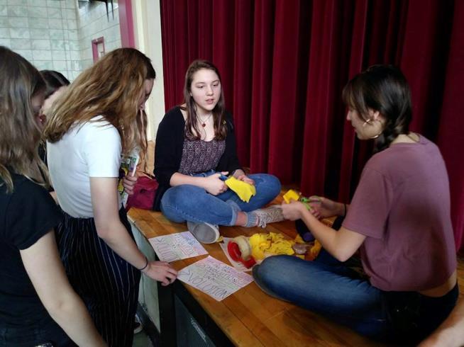 Studentesse applicano il quadrato giallo sui vestiti