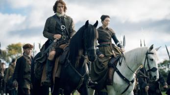 Una scena di Outlander con Claire e Jamie