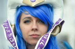 Una donna cosplayer con parrucca blu