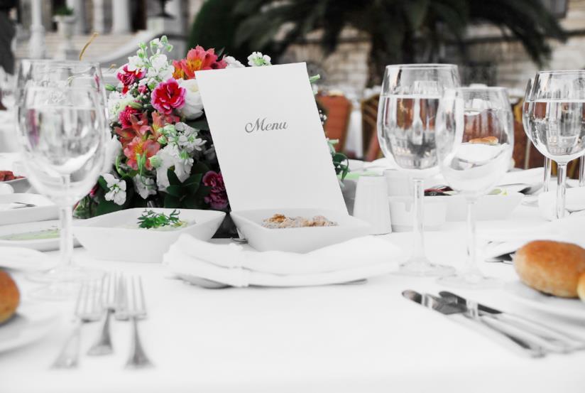 Un menù su un tavolo di nozze