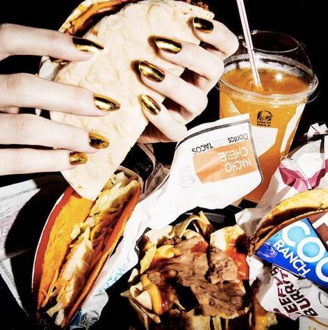 Un'immagine di junk food con patatine, hamburger e snack