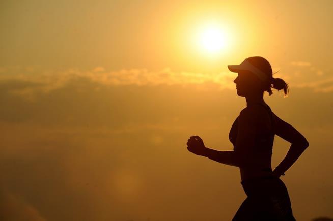 Una donna che corre al tramonto.
