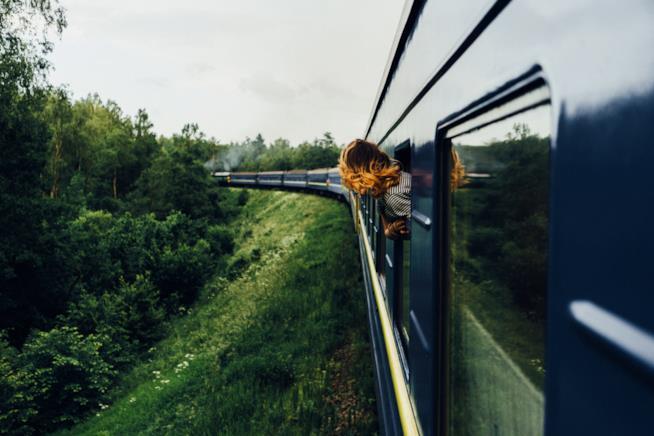 Viaggio in treno donna al finestrino