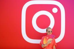 Una ragazza e il logo di Instagram