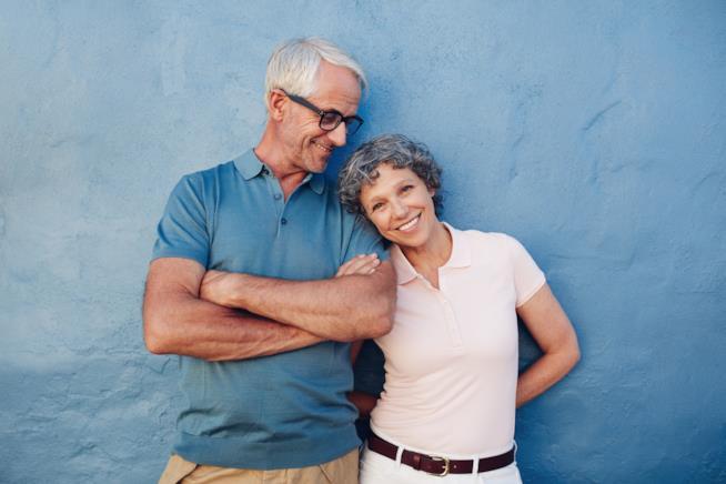 Ritratto di una coppia di anziani felice e innamorata