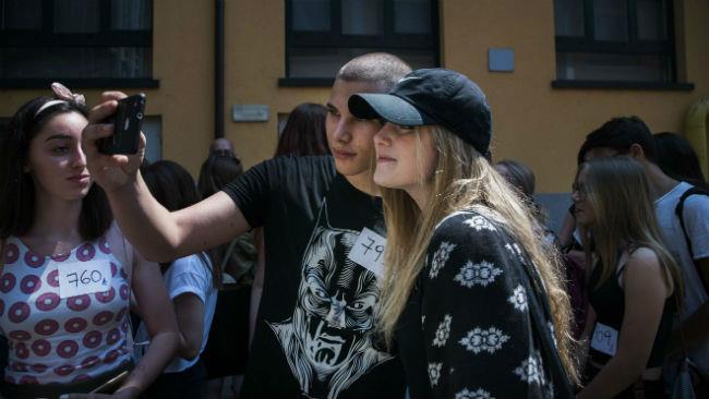 Sofia Viscardi durante i casting per il film tratto dal suo romanzo Succede