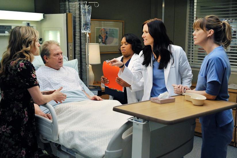 Una scena di Grey's Anatomy con Thatcher in ospedale tra Lexie e Meredith