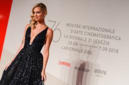 Chiara Ferragni, in piedi, con un abito nero