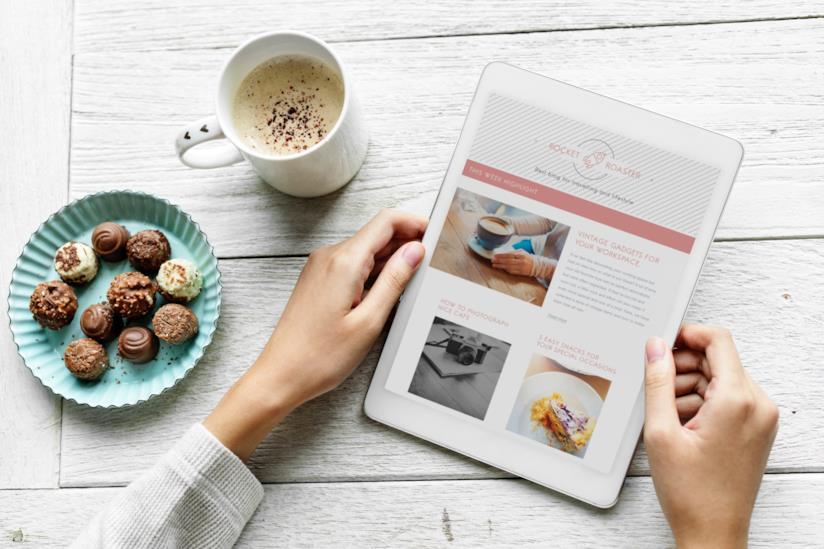Primo piano di mani di donna che tengono un tablet