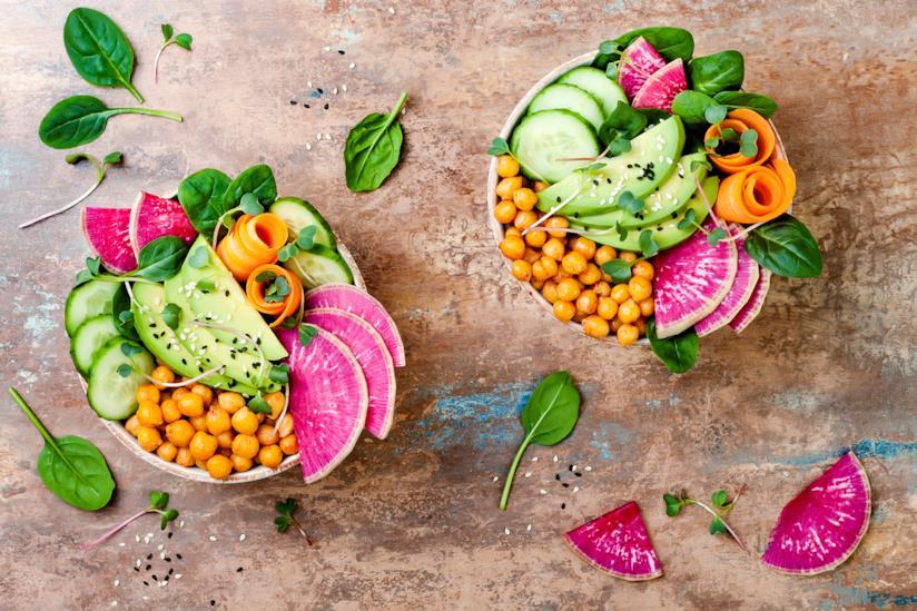 Piatti di verdure su un tavolo