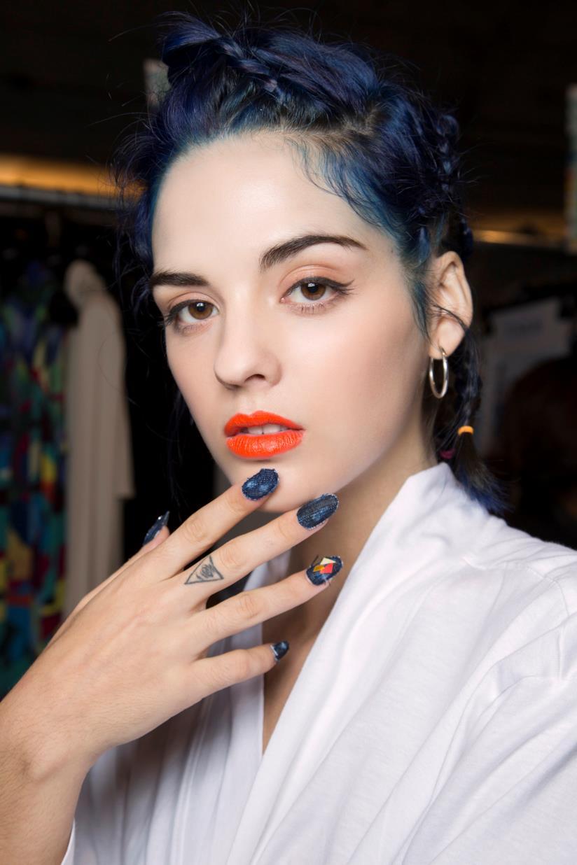 Nail art in gel blu con decorazioni