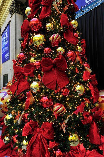 Albero natalizio rosso e dorato