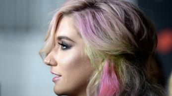 Una foto con capelli colorati di profilo