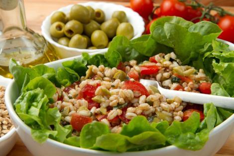 Insalata di farro con pomodorini e olive verdi