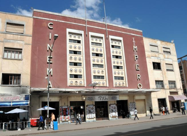 L'imponente ingresso del Cinema Impero di Asmara