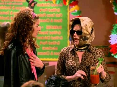 Debra Messing e Megan Mullally in una scena di Will & Grace