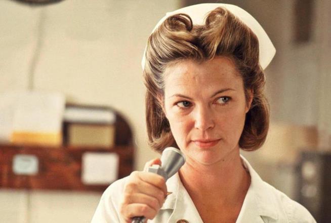 Louise Fletcher nei panni dell'infermiera Ratched
