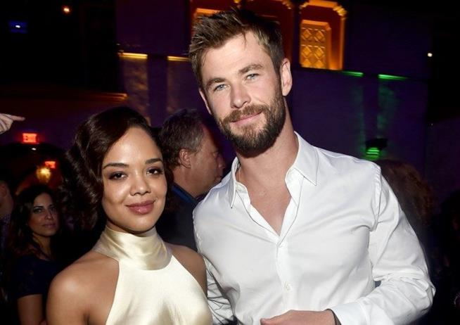 Chris Hemsworth e Tessa Thompson ad un party