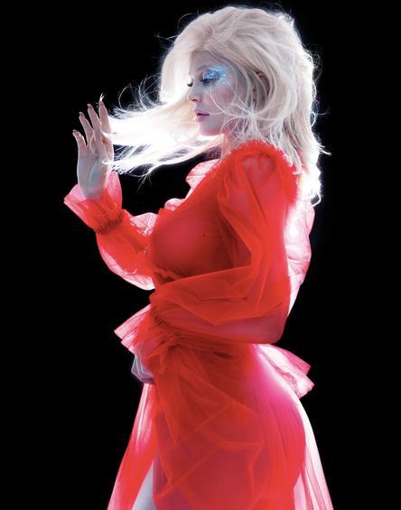 Kylie Jenner in rosso per V Magazine