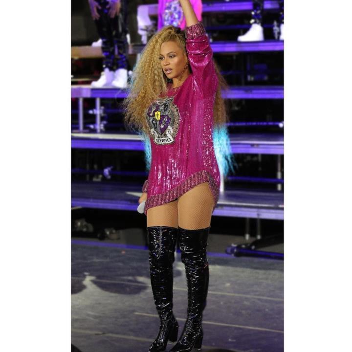 Beyoncé con il vestitino fucsia e paillettato al Coachella