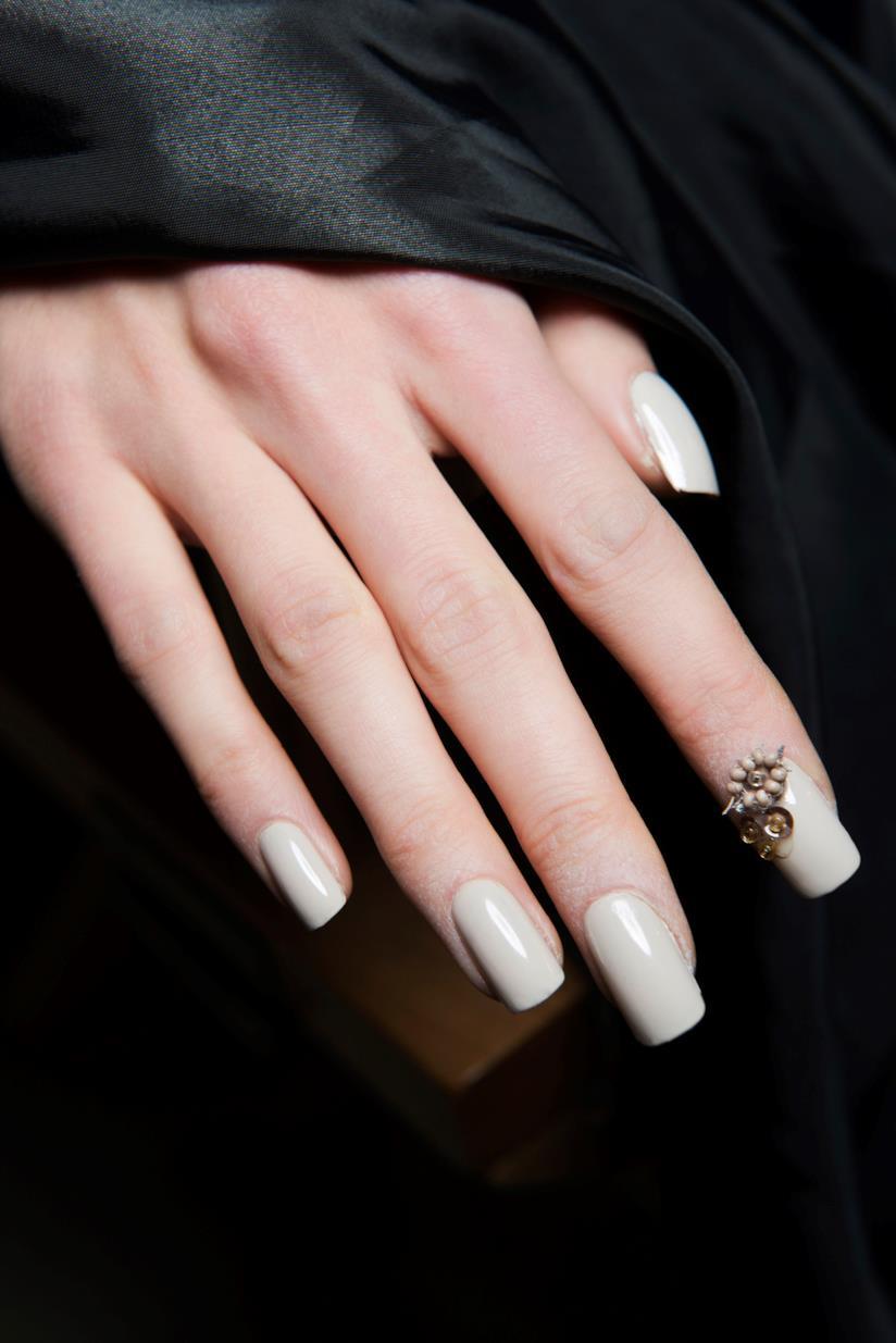 Nail art bianca con applicazioni