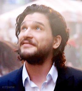 Kit Harington cammina per Napoli nella pubblicità The One