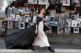 La donna cosmopolita e raffinata di Chanel all Alta Moda di Parigi e3387a06af9