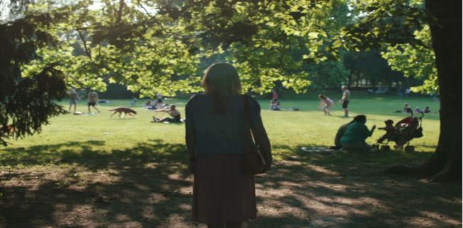 Alexandra Borbély di Corpo e anima davanti a un parco di Budapest